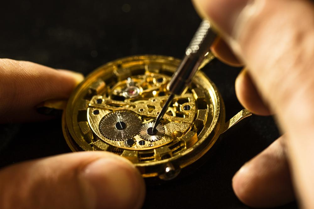 4a658c44e6 機械式時計はゼンマイを巻き上げることで動く仕組みです。ゼンマイを巻き上げる方法により、機械式時計は手巻きと自動巻きに分かれます。