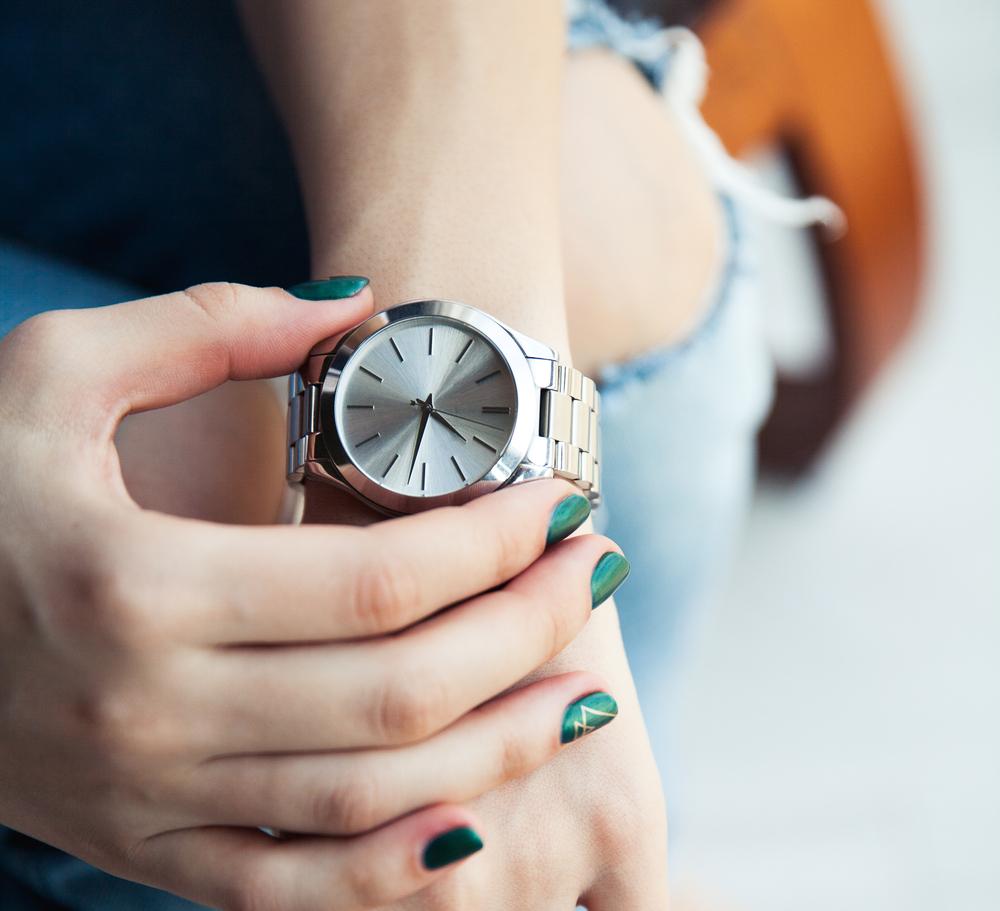 位置 腕時計 つける 腕時計の位置は一般的にどこ?手首からずれるのや関節や骨にあったったり男性と女性でも違う?|Daily Media