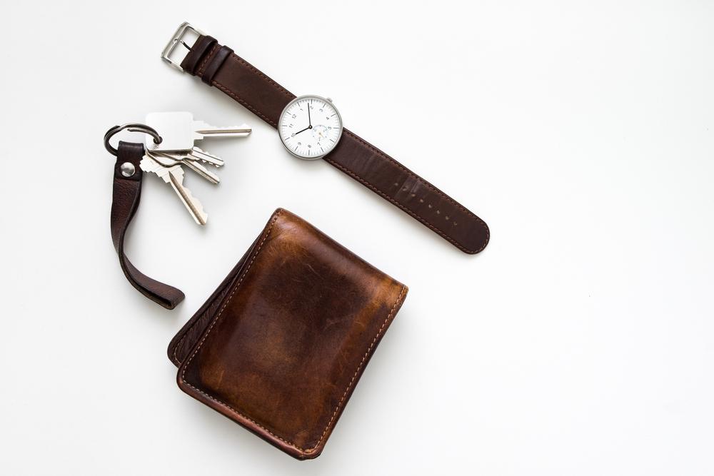 鍵と折りたたみ財布と腕時計