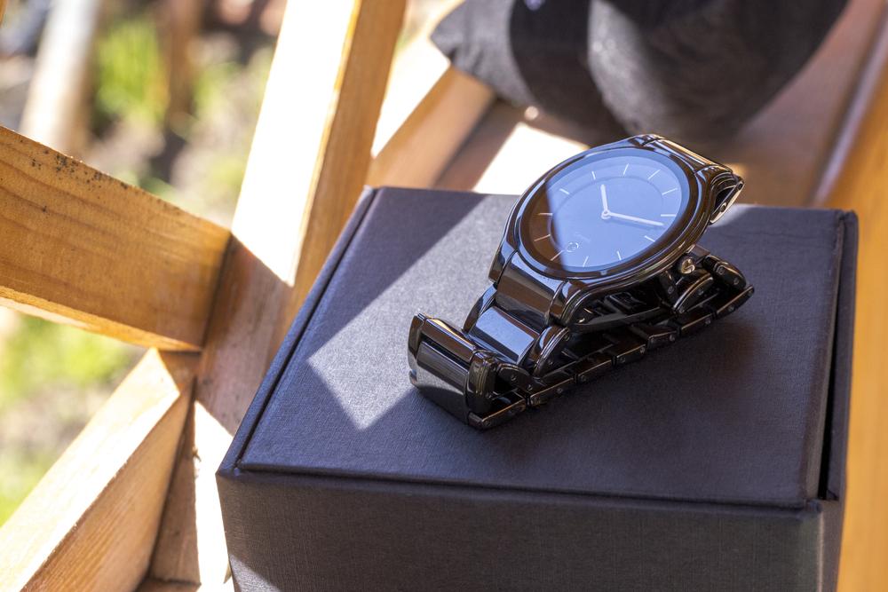 箱の上にのっている腕時計