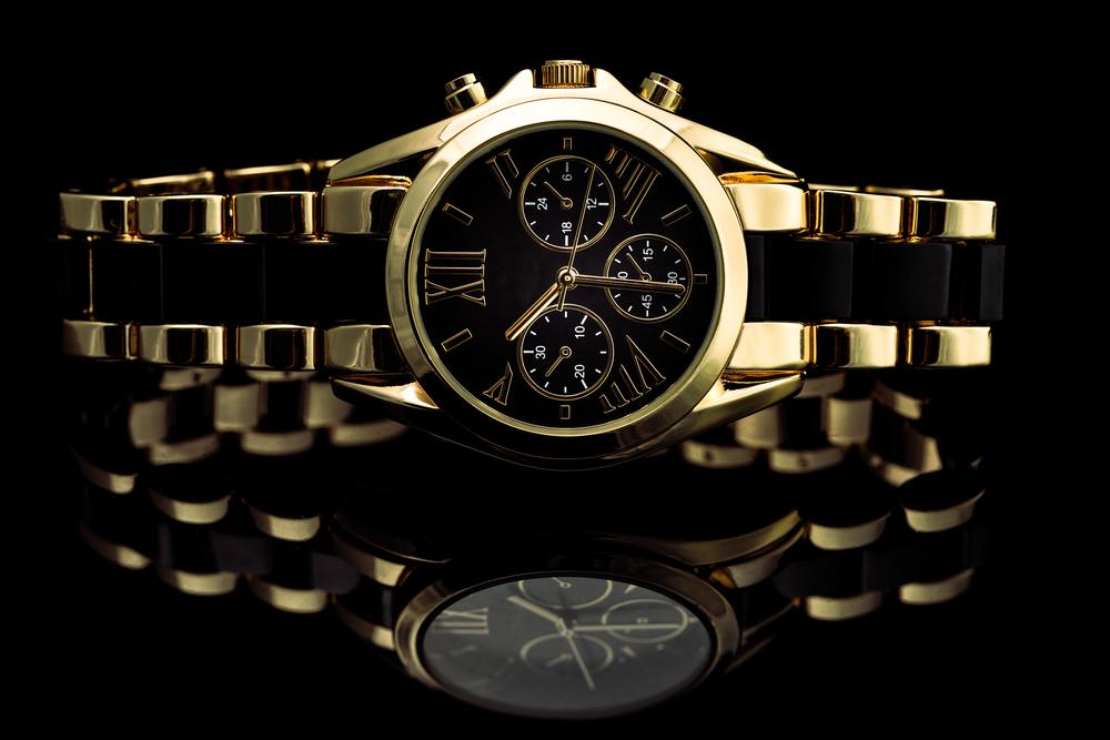 床に反射する腕時計