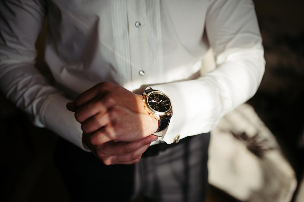 ワイシャツを着た男性の腕時計