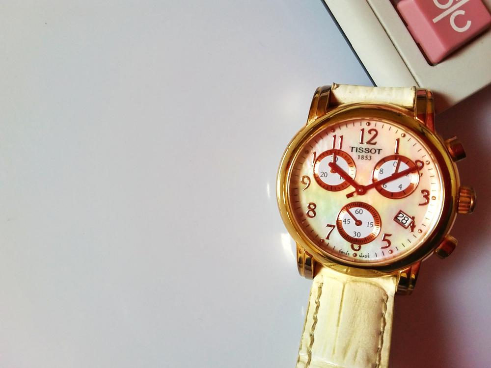 ホワイトベースのおしゃれな腕時計
